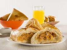 Casse-croûte brésilien poulet Esfiha sur la table Photo stock