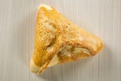 Casse-croûte brésilien Viande Esfiha sur la table Photos stock