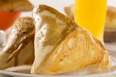 Casse-croûte brésilien Viande Esfiha sur la table Image stock