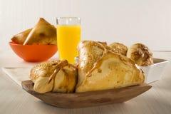 Casse-croûte brésilien Viande Esfiha sur la table Images stock