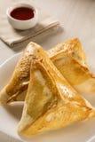 Casse-croûte brésilien Viande Esfiha sur la table Image libre de droits