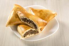 Casse-croûte brésilien Viande Esfiha sur la table Photo stock