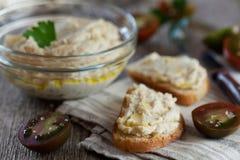 Casse-croûte délicieux de crostini avec le pâté de poulet ou la pâte et les tomates Photographie stock libre de droits