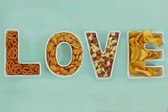 Casse-croûte d'amour dans des cuvettes de lettre d'amour Image stock