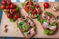 Casse-croûte de baguette de pain, de jambon de lard, de tomates, de balsamique et épices Photographie stock