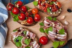 Casse-croûte de baguette de pain, de jambon de lard, de tomates, de balsamique et épices Images stock