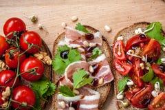 Casse-croûte de baguette de pain, de jambon de lard, de tomates, de balsamique et épices Image libre de droits