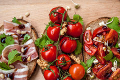 Casse-croûte de baguette de pain, de jambon de lard, de tomates, de balsamique et épices Photos libres de droits