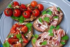 Casse-croûte de baguette de pain, de jambon de lard, de tomates, de balsamique et épices Photographie stock libre de droits