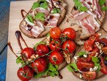 Casse-croûte de baguette de pain, de jambon de lard, de tomates, de balsamique et épices Photos stock