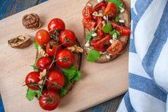 Casse-croûte de baguette de pain, de jambon de lard, de tomates, de balsamique et épices Image stock