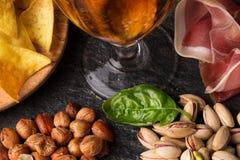 Casse-croûte de barre en gros plan Beaux ingrédients : puces, pistaches, arachides, viande sur un fond noir Bière blonde allemand photos stock
