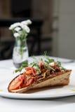 Casse-croûte de chou avec le lard sur le pain aigre-doux Photo libre de droits