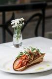 Casse-croûte de chou avec le lard sur le pain aigre-doux Photographie stock libre de droits