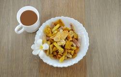 Casse-croûte de fruits secs avec la coupure de coffe dans le mornig Photographie stock libre de droits