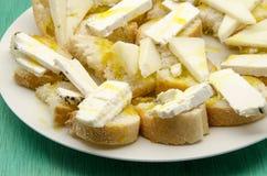 Casse-croûte de pain et de fromage de chèvre Photographie stock libre de droits