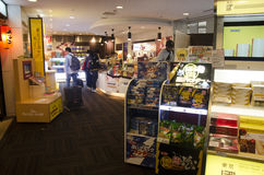 Casse-croûte de personnes et souvenir de achat à la boutique de cadeaux à l'intérieur de N Photographie stock libre de droits