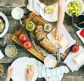 Casse-croûte de préparation pour manger sur le Tableau en bois Photo stock