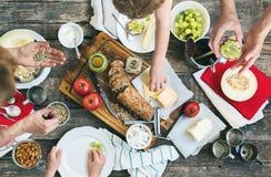 Casse-croûte de préparation pour manger sur le Tableau en bois Images libres de droits
