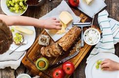 Casse-croûte de préparation pour manger sur le Tableau en bois Photos stock