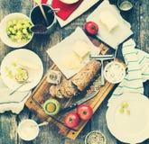 Casse-croûte de préparation pour manger sur le Tableau en bois Photographie stock libre de droits