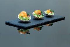 Casse-croûte de saumons fumés dans les coquilles Photos stock