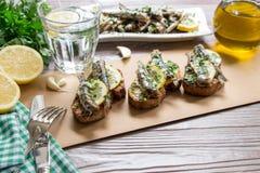Casse-croûte des sandwichs avec des sardines Photos libres de droits