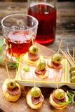 Casse-croûte espagnol cuit au four de pommes de terre avec le chorizo de saucisse et l'oliv vert Photographie stock libre de droits