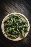 Casse-croûte espagnol de tapas de poivrons verts grillé par padron de piments Photo libre de droits