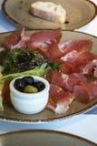 Casse-croûte espagnol traditionnel - jamon et olives Image stock