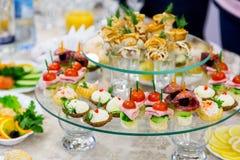 Casse-croûte et délicatesses au banquet ou à la réception Une réception de gala images libres de droits