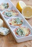 Casse-croûte faits de fromage et saumons fumés photographie stock libre de droits