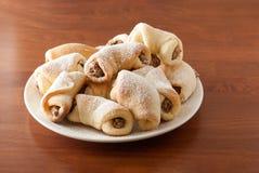 Casse-croûte faits maison de noix sur la table Photos stock