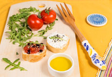 Casse-croûte frais et sain avec le formage de pain, de tomate et caillé Images stock