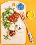 Casse-croûte frais et sain avec le formage de pain, de tomate et caillé Images libres de droits