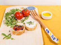 Casse-croûte frais et sain avec le formage de pain, de tomate et caillé Photographie stock