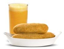 Casse-croûte frits par saucisse Casse-croûte brésiliens sur le backgroung blanc Photos libres de droits