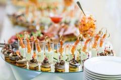 Casse-croûte froids sur la table de banquet Image stock