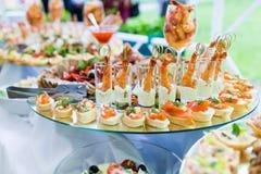 Casse-croûte froids sur la table de banquet Photographie stock