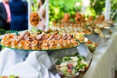 Casse-croûte froids sur la table de banquet Photo stock
