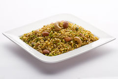 Casse-croûte indien dans le plat blanc d'isolement. Photographie stock libre de droits