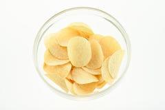 Casse-croûte jaunes multiples de pommes chips dans un bol en verre, composition Images libres de droits