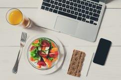 Casse-croûte sain de déjeuner d'affaires dans le bureau, vue supérieure de salade végétale Image stock