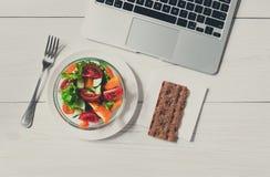 Casse-croûte sain de déjeuner d'affaires dans le bureau, vue supérieure de salade végétale Images stock