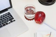 Casse-croûte sain sur un bureau Photo libre de droits
