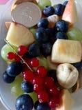 Casse-croûte sains de consommation - fruits Images stock