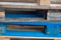 Casse di legno colorate grandi per un fondo Immagine Stock Libera da Diritti