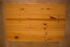 Casse di legno vuote sul fondo della parete Fotografia Stock Libera da Diritti