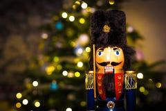 Casse-noix de Noël avec l'arbre de Noël Photos stock