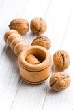 Casse-noix et noix en bois Photos stock